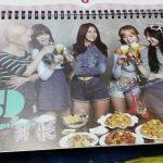 【GFRIEND】チキン屋でもらえるヨジャチングのカレンダーがクソダサい件→韓国の反応「田舎の家にありそうwww」